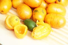 Sao Paulo Brazil för mat Seriguela frukt isolerad för vit bakgrund tropisk royaltyfria bilder