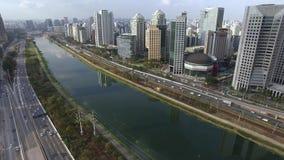 Sao Paulo Brazil, Marginale Pinheiros-Weg en de Pijnbomenrivier stock videobeelden
