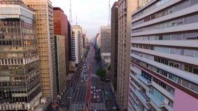 Sao Paulo, Brazilië, Augustus, 2017 Luchtmening over Paulista-Weg, in de stad van Sao Paulo stock video