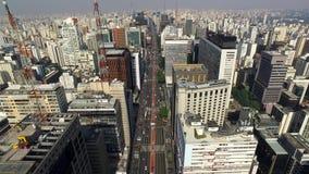 Sao Paulo, Brazilië, Augustus, 2017 Luchtmening over Paulista-Weg, in de stad van Sao Paulo stock footage