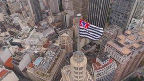 SAO PAULO, BRAZILIË - MEI 3, 2018: Satellietbeeld van het gebouw van Banespa van het stadscentrum met stadsvlag stock video
