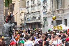 Sao Paulo, Brazilië - Oktober, 20 2017 Meisje in kostuums beklimt een standbeeld royalty-vrije stock foto