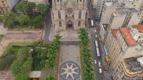 SAO PAULO, EL BRASIL - 3 DE MAYO DE 2018: Vista aérea de la catedral del SE en el centro de ciudad metrajes