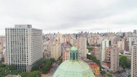 SAO PAULO, EL BRASIL - 3 DE MAYO DE 2018: Vista aérea de la catedral del SE en el centro de ciudad almacen de metraje de vídeo