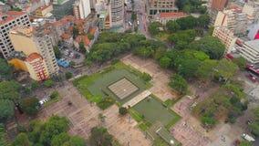 SAO PAULO, EL BRASIL - 3 DE MAYO DE 2018: Vista aérea de la catedral del SE en el centro de ciudad almacen de video