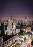 SAO PAULO - Graffiti in Paulista-Weg Het beeld van de wereldberoemde die architect Oscar Niemeyer door de schilder Kobra wordt ge Royalty-vrije Stock Fotografie