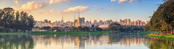 Sao Paulo horisont från Parque Ibirapuera parkerar Arkivbild