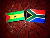 Sao Principe i woluminu flaga z południe - afrykanin flaga na drzewnym stu Zdjęcia Stock