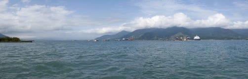 Sao Sebastiao à vista panorâmica do cruzamento de Ilhabelha Fotos de Stock Royalty Free