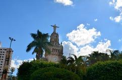 Sao Sebastiao gör Paraiso, Brasilien: staty av Kristus i den fyrkantiga Comendadoren Jose Honorio Royaltyfri Bild