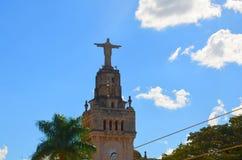 Sao Sebastiao gör Paraiso, Brasilien: staty av Kristus i den fyrkantiga Comendadoren Jose Honorio Arkivbilder