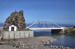 Sao Vicente Chapel et pont bleu, Madère Image stock