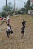 Sao woluminu, Sao woluminu i Principe â€, 'Lipiec 22, 2015: Niezidentyfikowani ludzie niesie łupkę i owoc w wiosce Zdjęcie Stock