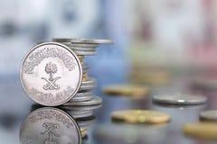 Saoedi-arabische Riyal-ponden met gouden op een weerspiegelende oppervlakte Royalty-vrije Stock Afbeelding