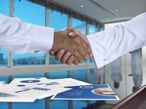 Saoediger - Arabische zakenlieden die handen schudden, en overeenkomst of a maken Stock Afbeeldingen