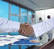 Saoediger - Arabische zakenlieden die handen schudden, en overeenkomst of a maken Royalty-vrije Stock Foto