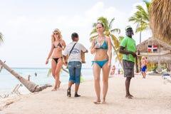 SAONA,多米尼加共和国- 2017年5月25日:一群人沙滩的 复制文本的空间 免版税库存照片