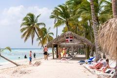 SAONA,多米尼加共和国- 2017年5月25日:人们在沙滩放松 复制文本的空间 免版税库存照片