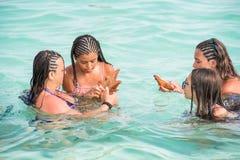 SAONA,多米尼加共和国- 2017年5月25日:人们在清楚的天蓝色的水中沐浴 复制文本的空间 免版税图库摄影