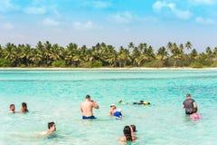 SAONA,多米尼加共和国- 2017年5月25日:人们在清楚的天蓝色的水中沐浴 复制文本的空间 库存图片
