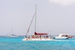 SAONA,多米尼加共和国- 2017年5月25日:小组小船的游人 复制文本的空间 免版税库存图片