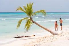 SAONA,多米尼加共和国- 2017年5月25日:沙滩的人们 复制文本的空间 库存图片