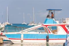 SAONA,多米尼加共和国- 2017年5月25日:白色游船和游艇停住在岸 复制文本的空间 库存图片