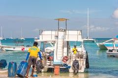 SAONA,多米尼加共和国- 2017年5月25日:白色游船和游艇停住在岸 复制文本的空间 免版税库存照片