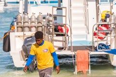 SAONA,多米尼加共和国- 2017年5月25日:白色游艇停住了海岸特写镜头 免版税库存照片