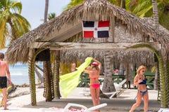 SAONA, ΔΟΜΙΝΙΚΑΝΉ ΔΗΜΟΚΡΑΤΊΑ - 25 ΜΑΐΟΥ 2017: Οι άνθρωποι χαλαρώνουν στην αμμώδη παραλία Κινηματογράφηση σε πρώτο πλάνο στοκ εικόνα