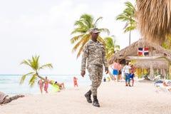 SAONA, ΔΟΜΙΝΙΚΑΝΉ ΔΗΜΟΚΡΑΤΊΑ - 25 ΜΑΐΟΥ 2017: Φρουρά ασφάλειας στην αμμώδη παραλία του νησιού Διάστημα αντιγράφων για το κείμενο Στοκ Εικόνες
