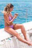 SAONA, DOMINIKANISCHE REPUBLIK - 25. MAI 2017: Frau auf dem Hintergrund des Meeres Kopieren Sie Raum für Text vertikal Lizenzfreie Stockbilder