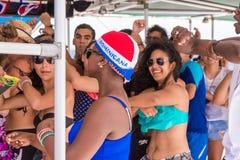 SAONA DOMINIKANSKA REPUBLIKEN - MAJ 25, 2017: En grupp människordans på en yacht Närbild royaltyfria bilder