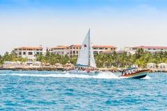 SAONA DOMINIKANSKA REPUBLIKEN - MAJ 25, 2017: Fartyg nära ön av Saona Kopiera utrymme för text royaltyfria foton