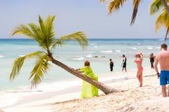 SAONA DOMINIKANSKA REPUBLIKEN - MAJ 25, 2017: Fotoperiod på stranden Kopiera utrymme för text arkivfoto