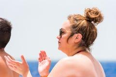 SAONA DOMINIKANSKA REPUBLIKEN - MAJ 25, 2017: Kvinna i solexponeringsglas på bakgrunden av havet Kopiera utrymme för text royaltyfria foton