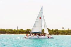 SAONA DOMINIKANSKA REPUBLIKEN - MAJ 25, 2017: Segla yachten på kusten av ön Saona Kopiera utrymme för text arkivfoto