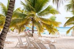 SAONA DOMINIKANSKA REPUBLIKEN - MAJ 25, 2017: Sikt av den sandiga beacen fotografering för bildbyråer