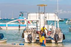 SAONA DOMINIKANSKA REPUBLIKEN - MAJ 25, 2017: Vita nöjefartyg och yachter ankrade på kusten Kopiera utrymme för text Royaltyfri Bild