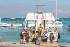 SAONA DOMINIKANSKA REPUBLIKEN - MAJ 25, 2017: Vita nöjefartyg och yachter ankrade på kusten Kopiera utrymme för text Arkivbild
