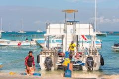 SAONA DOMINIKANSKA REPUBLIKEN - MAJ 25, 2017: Vita nöjefartyg och yachter ankrade på kusten Kopiera utrymme för text Arkivfoton