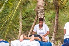 SAONA, RÉPUBLIQUE DOMINICAINE - 25 MAI 2017 : Masseur sur la plage de l'île Copiez l'espace pour le texte Photographie stock libre de droits