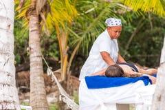 SAONA, RÉPUBLIQUE DOMINICAINE - 25 MAI 2017 : Masseur sur la plage de l'île Plan rapproché Image stock