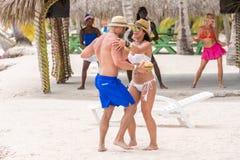 SAONA, REPÚBLICA DOMINICANA - 25 DE MAYO DE 2017: Baile en la playa de la isla en tiempo soleado Copie el espacio para el texto imagen de archivo