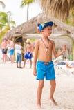 SAONA, republika dominikańska - MAJ 25, 2017: Chłopiec na piaskowatej plaży wyspa Odbitkowa przestrzeń dla teksta pionowo Obraz Stock