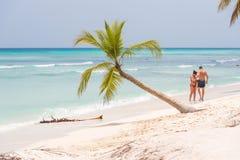 SAONA, republika dominikańska - MAJ 25, 2017: Ludzie na piaskowatej plaży Odbitkowa przestrzeń dla teksta Zdjęcia Stock