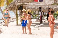 SAONA, republika dominikańska - MAJ 25, 2017: Ludzie na plaży w pogodnej pogodzie Odbitkowa przestrzeń dla teksta Obraz Royalty Free