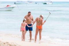 SAONA, republika dominikańska - MAJ 25, 2017: Rodzina na plaży fotografuje Odbitkowa przestrzeń dla teksta Zdjęcia Stock