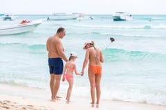 SAONA, republika dominikańska - MAJ 25, 2017: Rodzina na plaży fotografuje Odbitkowa przestrzeń dla teksta Fotografia Stock