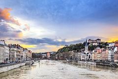 Saone River i den Lyon staden på solnedgången Arkivfoton